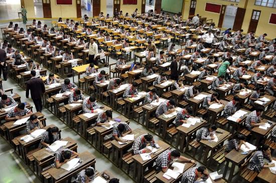 2016年印度博帕尔高考考场。图/视觉中国