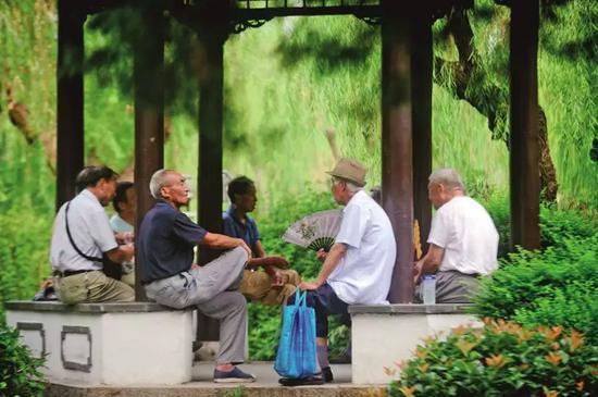 市民在扬州市荷花池公园内休闲娱乐。图/IC