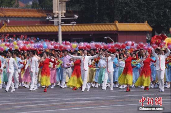 10月1日上午,庆祝中华人民共和国成立70周年大会在北京天安门广场隆重举行。图为群众游行。