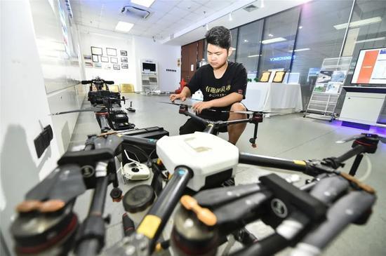 ▲南京模幻天空航空科技有限公司员工进行无人机飞行前检查工作