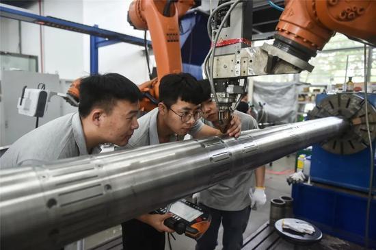 ▲南京先进激光技术研究院员工进行激光设备测试工作