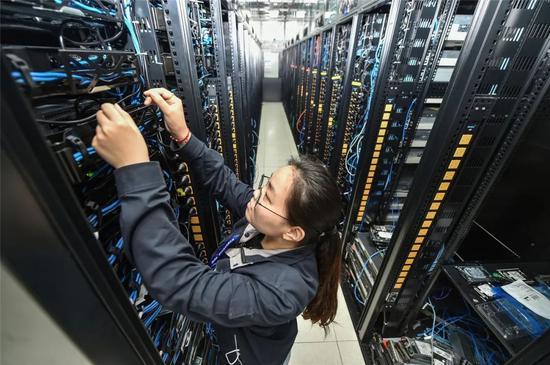 ▲烽火工作人员正在为中国(南京)智谷算力中心加快搭建算力平台,以满足日益增长的算力需求