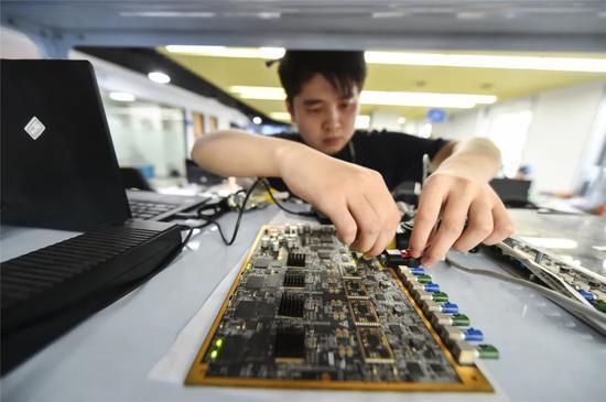 ▲南京地平线机器人技术有限公司员工正在调试开发板