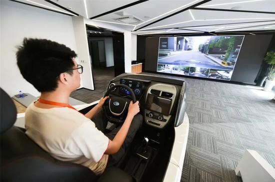 ▲辛巴网络科技(南京)有限公司测试人员正在通过智能座舱远程操控车辆行驶