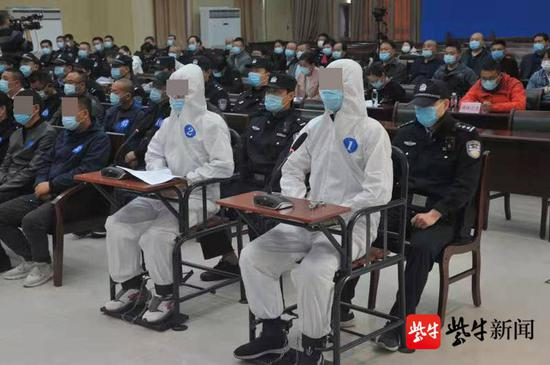 师徒(从右至左)二人共同为200多名学员提供作弊