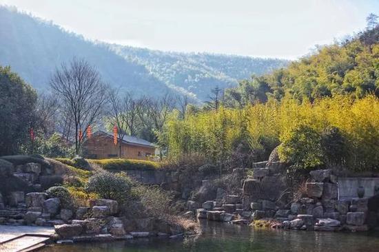春水初生,春林初盛,阳光正好,天那么蓝,衬托着翠竹深深浅浅的绿。