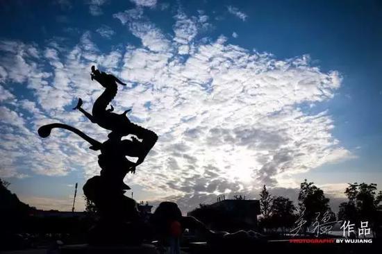 南京五马渡广场腾空的龙身塑像