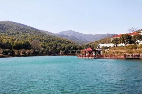 宜兴竹海国际会议中心的前方,有一片湖,湖水碧绿。