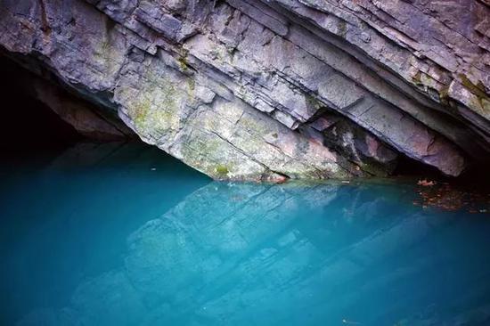 据说此潭表面平静,潭底却暗流涌动,是太湖的源头。