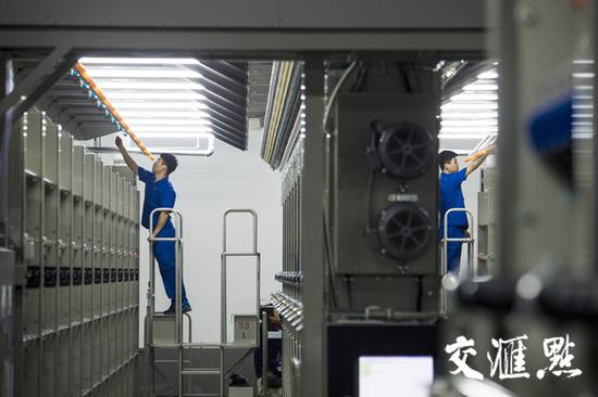 3月31日,苏州市一家纺织企业工人在车间工作。