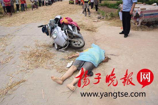 肇事麦草是村民早上铺下 麦草马路屡禁不绝