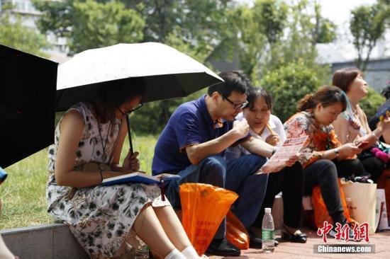 陪考家长等待参加首场考试的孩子。中新社记者 沙见龙 摄