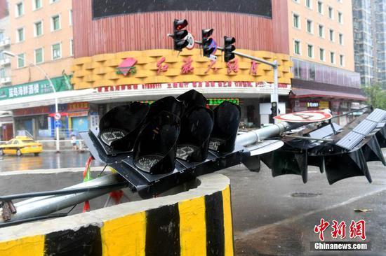 图为福州街道上一个临时交通信号灯被大风吹倒。 吕明 摄