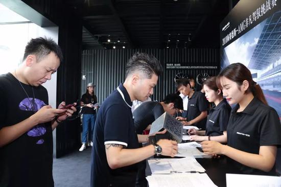 活动现场,客户在入场时先依次签到,获取AMG的专属手环。