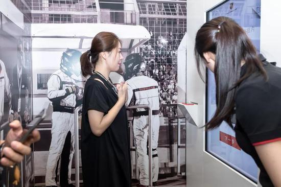 来宾自拍现场打印保时捷70周年海报