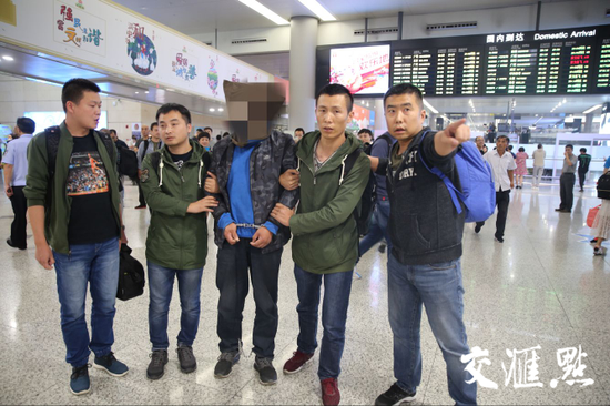 2018年9月23日晚,赶赴内蒙古的南京市公安局民警成功将犯罪嫌疑人陆某押解回南京。