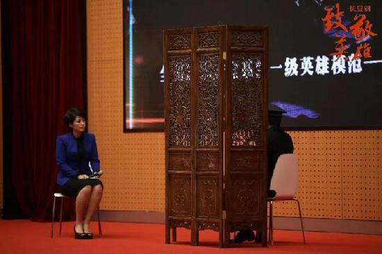 △国安干警李翔在屏风后接受采访