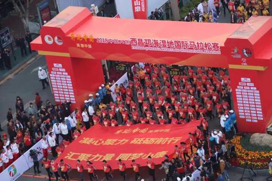西昌邛海湿地国际马拉松如今已初具规模。