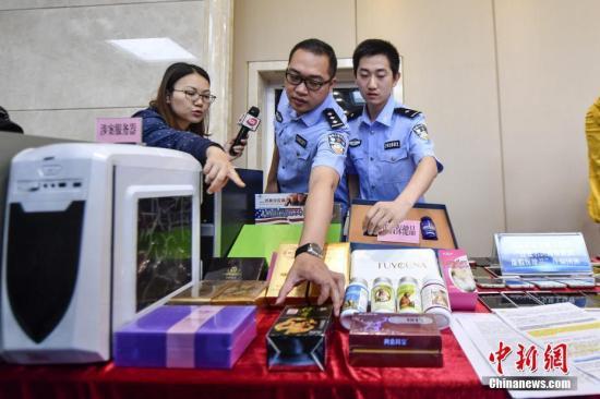 资料图:警方向媒体介绍涉案的虚假保健品。 中新社记者 陈骥旻 摄