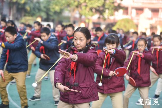 资料图:特色健身操增强学生体质。新华报业视觉中心记者邵丹摄