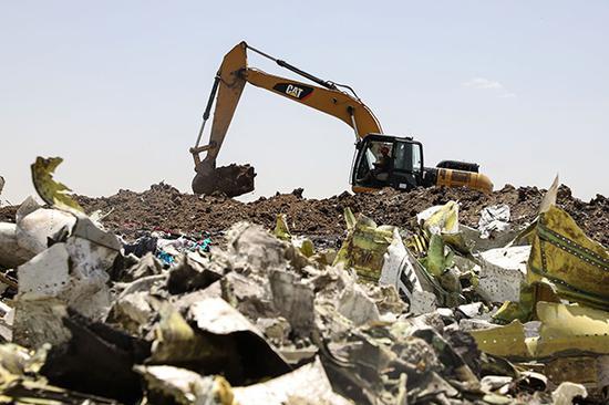 当地时间2019年3月11日,埃塞尔比亚比绍夫图,埃塞俄比亚航空坠机现场的残骸清理和遗体搜寻工作继续进行。 视觉中国 图