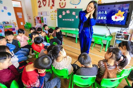3月20日,河北省安平县幼儿园的老师向小朋友讲解睡眠知识。 新华社 图