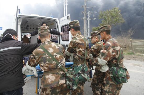 武警官兵帮助医护人员转移伤员