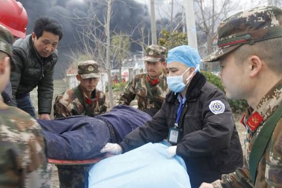 武警与救援队一同对受伤群众实施救护