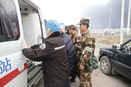 武警官兵将受伤群众送上救护车