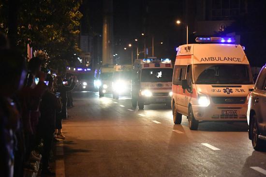 运送遇难消防队员遗体的车辆经过西昌市区。
