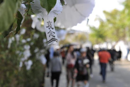 2日的四川西昌街头,市民自发悼念逝者。 新京报记者 吴江 摄