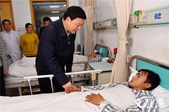 省委书记娄勤俭看望住院伤病员。交汇点记者张筠摄