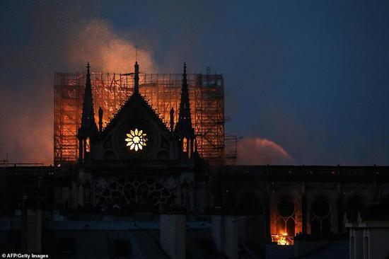 被大火笼罩的巴黎圣母院。