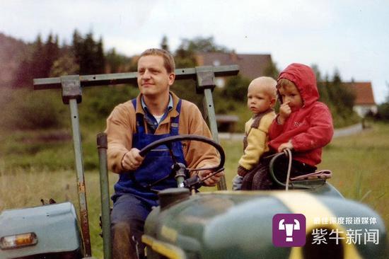 童年的马克斯(红衣服)与父亲在农场