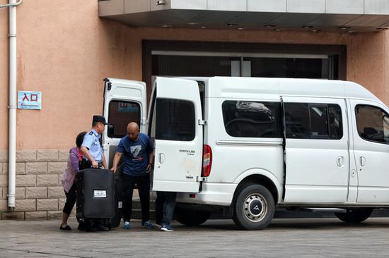 押运民警将科大附中考卷装车。