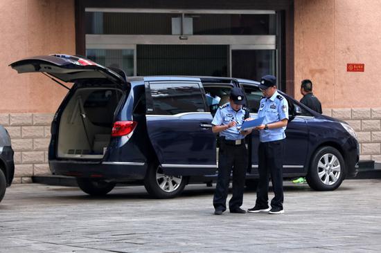 抵达考试中心的押运民警签到。