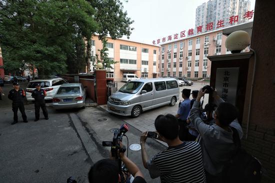 运送考卷的车辆驶出考试中心。
