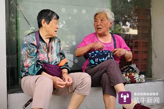 陈秀兰跟别人在聊天