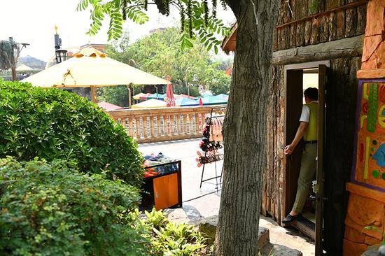 2019年7月26日中午,北京欢乐谷园区内,参加实习培训的渤海理工职业学院学生在商品销售点卖货。