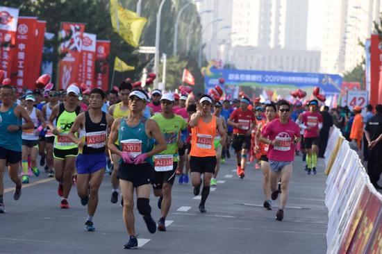 2019包头首届国际马拉松共有1.5万人参加。
