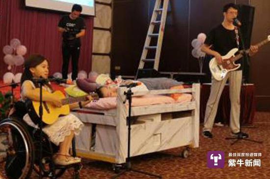 程利婷和苏佳宇在珍妮成人礼上献唱