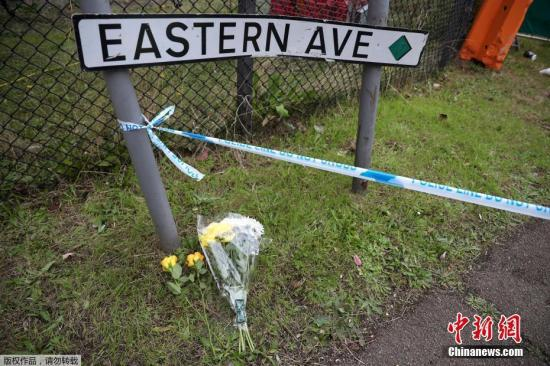 当地时间10月24日,英国埃塞克斯郡,人们在发现货车的地方献花悼念死者。