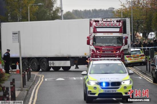 资料图:图为被发现载39具遇难者尸体的卡车在警方的护送下驶离事发地。
