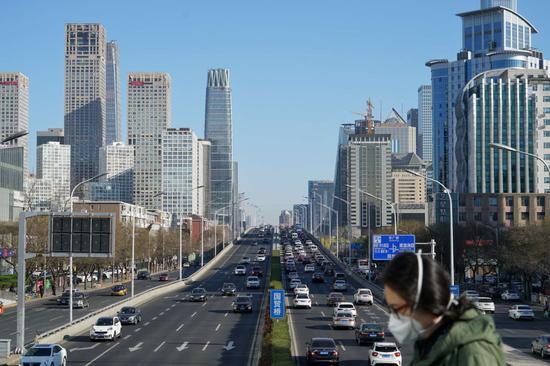 随着复工企业的增多,北京的早高峰交通再次面临拥堵的考验。摄影/新京报记者 裴剑飞
