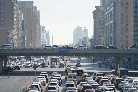 广渠路西向东方向的车队已经从双井桥排到了西边的下一个路口,绵延数百米。摄影/新京报记者 裴剑飞