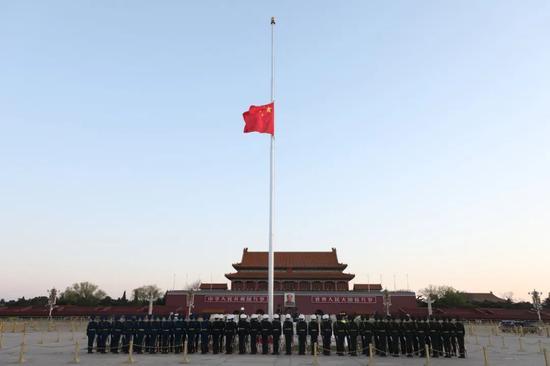 今晨 天安门广场降半旗
