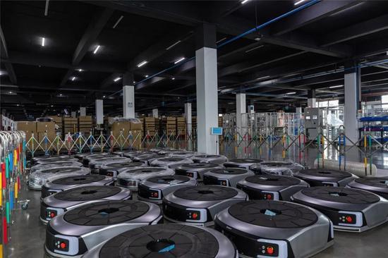 ▲南京极智嘉机器人有限公司智慧工厂智能仓储机器人集结完毕,即将传递智慧去赋能世界各地