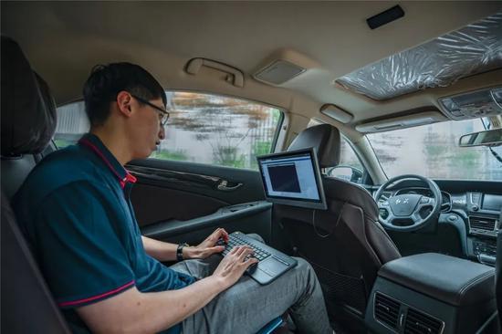▲中智行科技有限公司工程师在车内调试程序,启动汽车自动驾驶