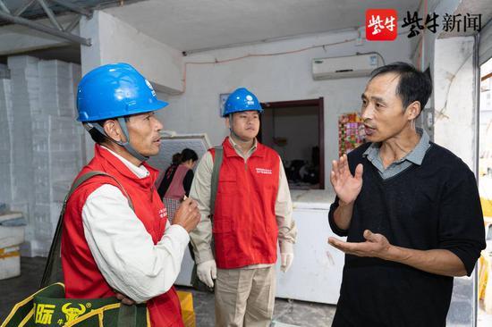 10月2日,服务队队员与个体户王金磊交流,了解用电需求10月2日,服务队队员与个体户王金磊交流,了解用电需求