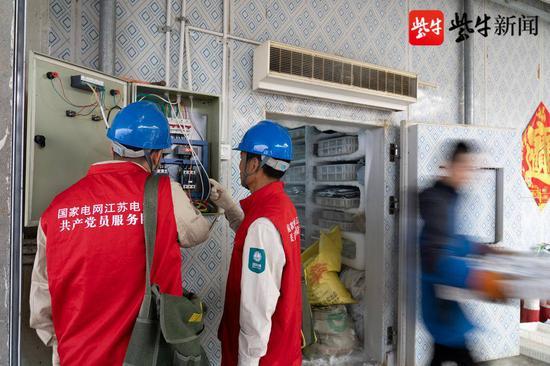 10月2日,服务队队员检查昆岳冷库中冷冻用冰的质量